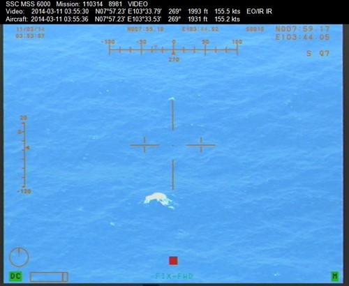Máy bay mất tích trôi dạt trên biển 1 giờ trước khi chìm hẳn?
