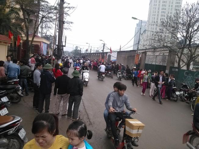 Hà Nội: Hàng trăm người dân tiếp tục tập trung để đòi lại đường đi