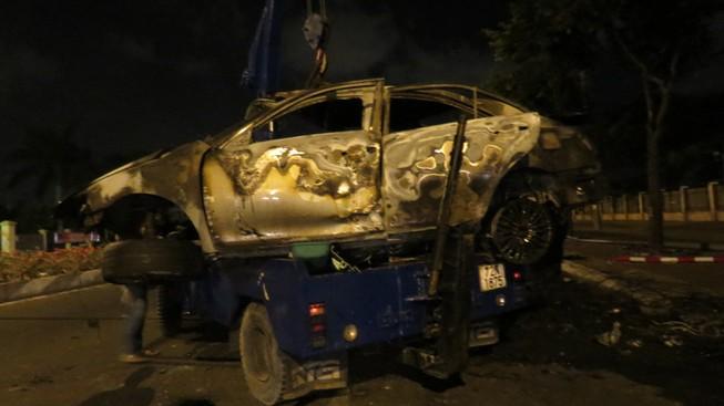 Tự gây tai nạn, người đàn ông trong xe Camry chết cháy không thể nhận dạng
