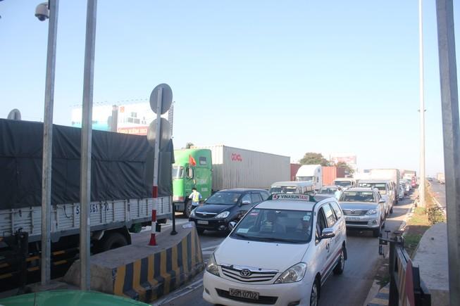 Kẹt xe trong ngày đầu tiên trạm thu phí cầu Đồng Nai mới hoạt động