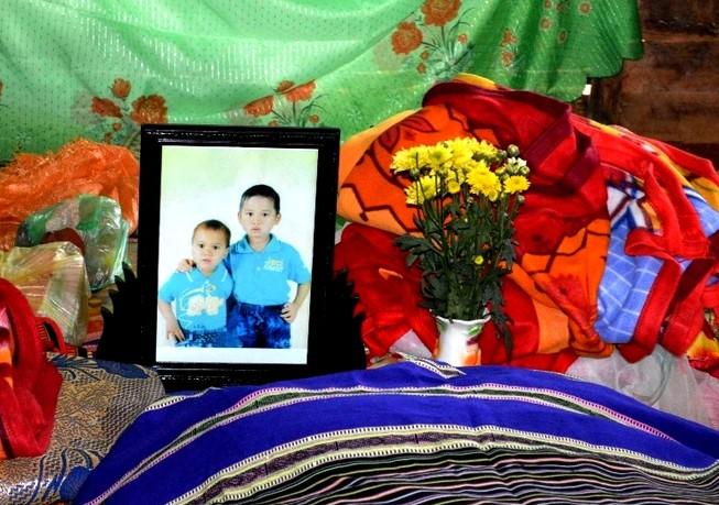 Thương tâm: 2 bé trai chết đuối chôn chung một hòm vì quá nghèo