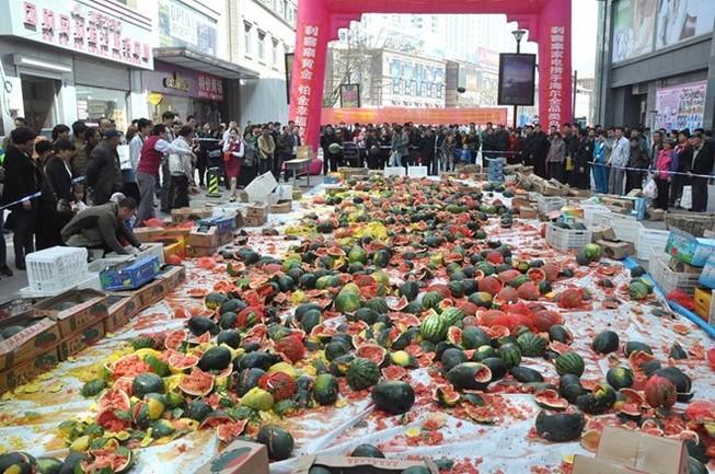 Trung Quốc: Người dân đập nát 4 tấn dưa hấu vì sợ bị nhiễm độc