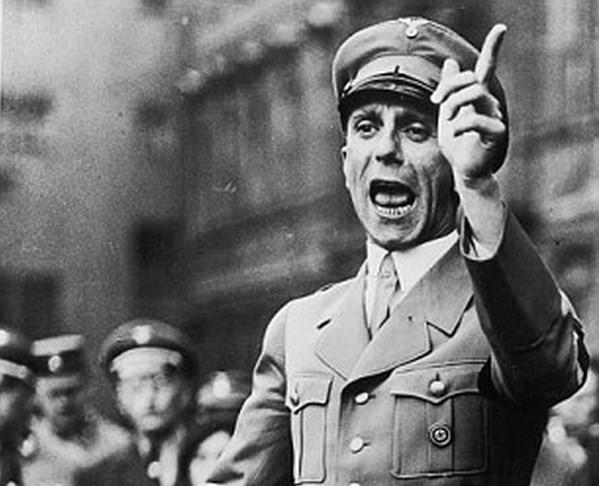 """Đòi tiền tác quyền cho... """"trùm tuyên truyền phátxít"""" Goebbels!"""