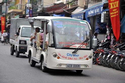 Dạo trung tâm TP HCM bằng xe điện phí 10.000 đồng