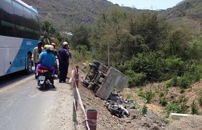Quẹt xe khách, xe tải lăn kềnh xuống vệ đường