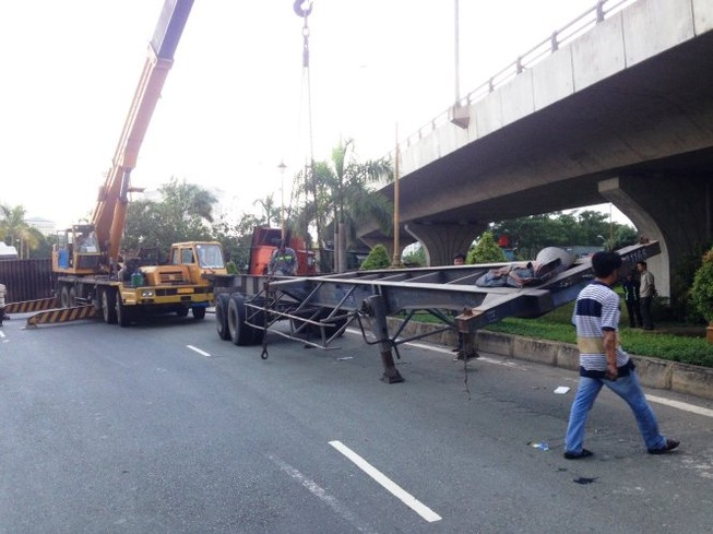 Xe đầu kéo lại rơi thùng container ở cua 'tử thần' trên cầu Phú Mỹ