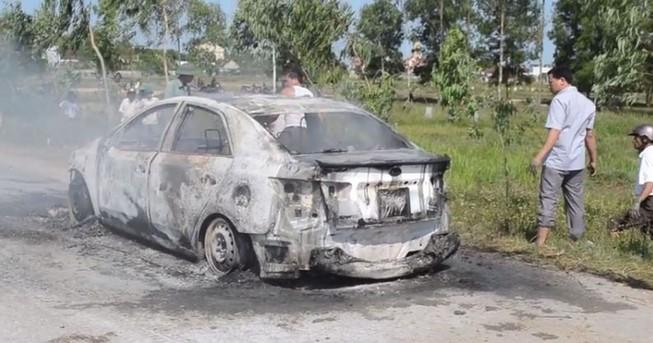 Ô tô con bốc cháy trơ khung khi đang chạy bon bon trên đường