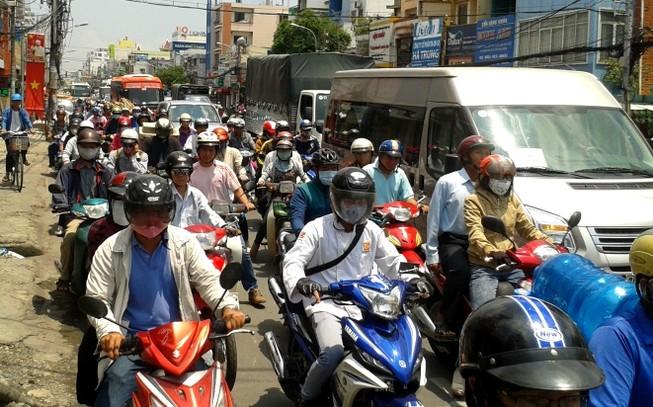 Ùn tắc hàng giờ vì xe bồn chở dầu va chạm xe máy