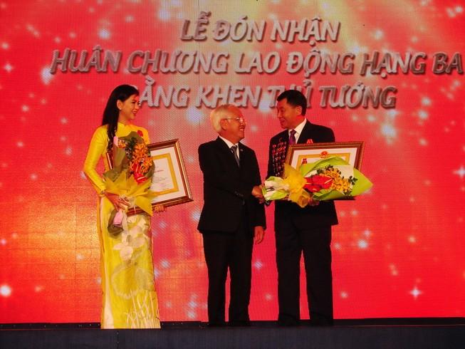 Vợ ông Johnathan Hạnh Nguyễn và tập đoàn IPP nhận huân chương cao quý