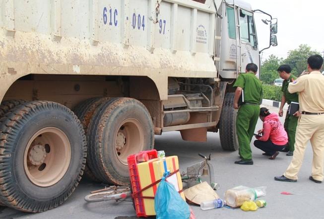 Người phụ nữ bán kem chết thảm dưới bánh xe ben chạy ngược chiều