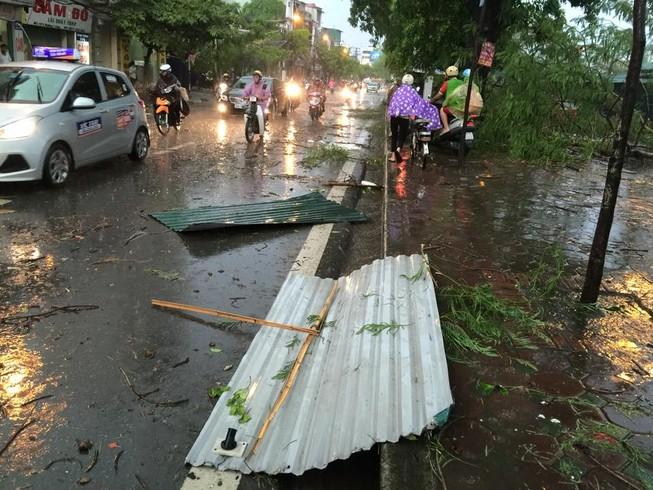 Hà Nội mưa giông kinh hoàng, cây đổ, xe lật, nhà bật móng
