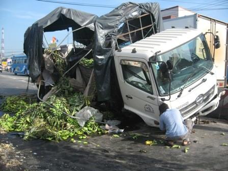 Chuối, gạo đổ đầy đường vì xe tải gãy trục, leo dải phân cách