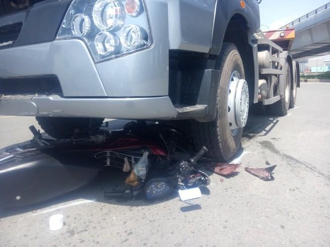 Cô gái trẻ thoát chết khi bị cuốn vào gầm xe container