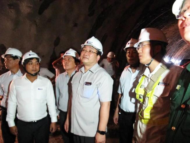 Phó Thủ tướng Hoàng Trung Hải thị sát dự án hầm đèo Cả