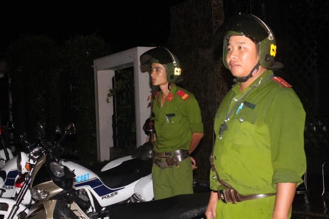 Cảnh sát điều tra làm việc thâu đêm tìm chứng cứ vụ thảm sát