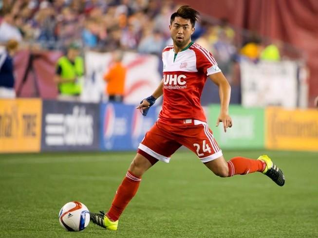Lee Nguyễn 'xé lưới' đội của Lampard