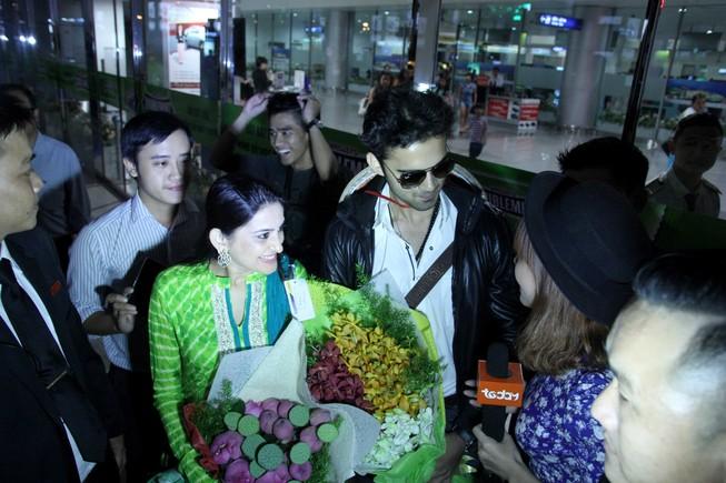 Fan vây kín hai diễn viên phim 'Cô dâu 8 tuổi' ở sân bay