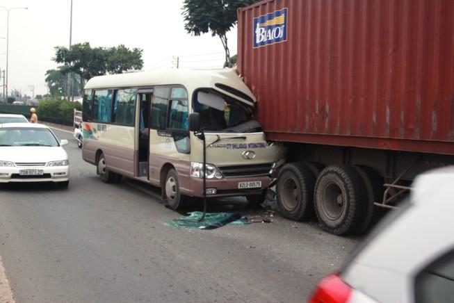Tài xế xe khách kẹt cứng trong cabin sau cú tông đuôi xe container