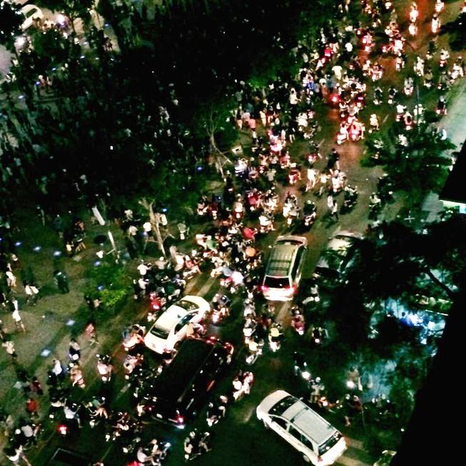 Hàng trăm người tụ tập làm náo loạn phố đi bộ Nguyễn Huệ