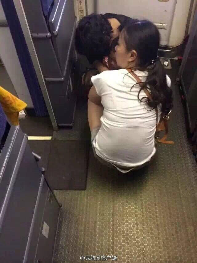 Đôi vợ chồng Trung Quốc cho con đại tiện ngay trên khoang máy bay