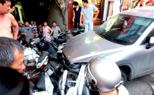 Người phụ nữ lái ô tô đâm liên tiếp cả chục xe máy