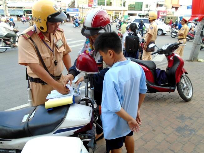 Phụ huynh đi đón con hãy cẩn thận... trước cổng trường