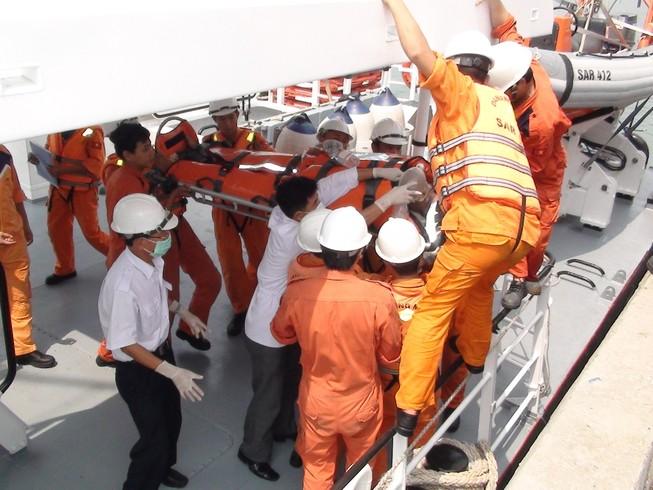 Cấp cứu kịp thời thuyền trưởng bị bệnh nguy kịch giữa biển