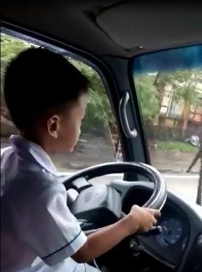 Xác minh bé trai 6 tuổi lái xe tải trong Clip