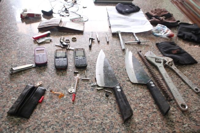 Mang dao bầu, kim tiêm đi ăn trộm thì bị bắt