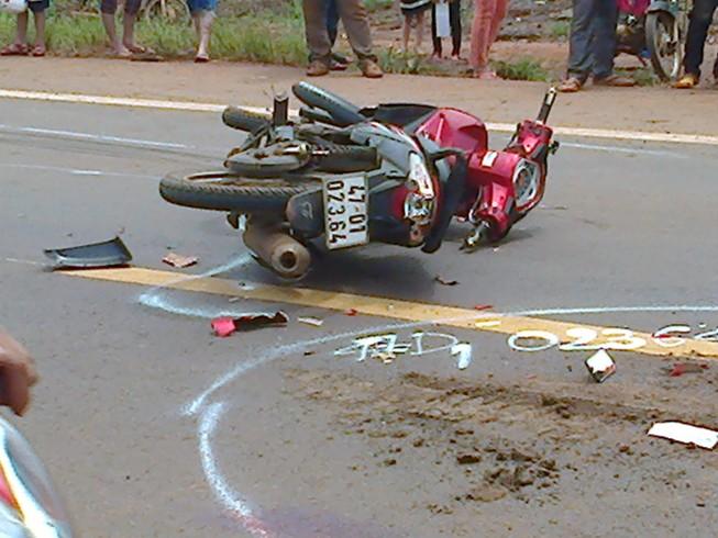 Xe máy kẹp ba vượt xe buýt, cô gái 19 tuổi tử nạn