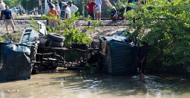 Tàu hỏa tông nát xe ben, tài xế nhanh chân thoát chết