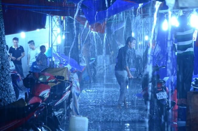 Sài Gòn mưa như trút, gần 500 gian hàng triển lãm 'chết đứng'