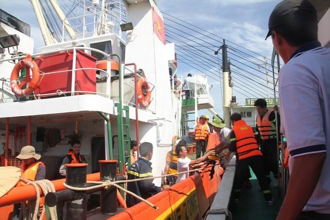 Tung hơn 100 người tìm kiếm nạn nhân vụ chìm tàu Hoàng Phúc 18