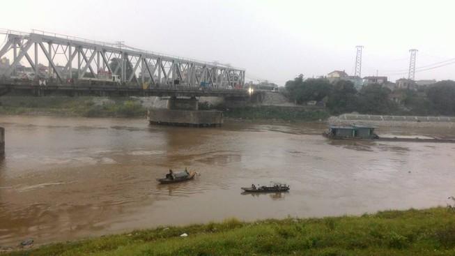 Nam thanh niên gieo mình xuống sông trong tiếng hô hoán