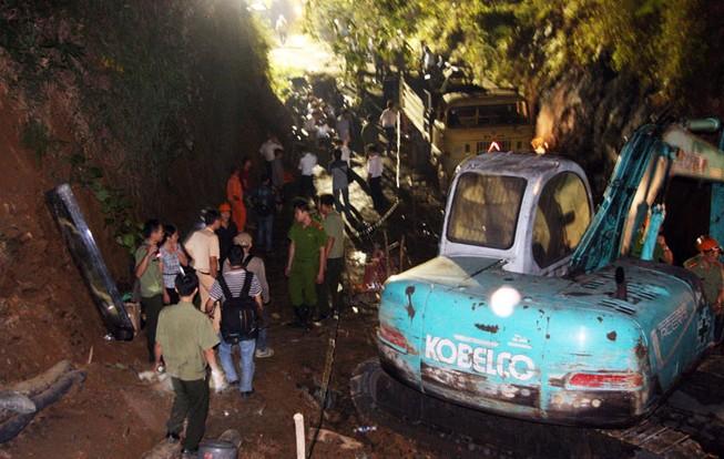 Vụ sập hầm than Hòa Bình: Đào đất cứu người bất kể đêm tối