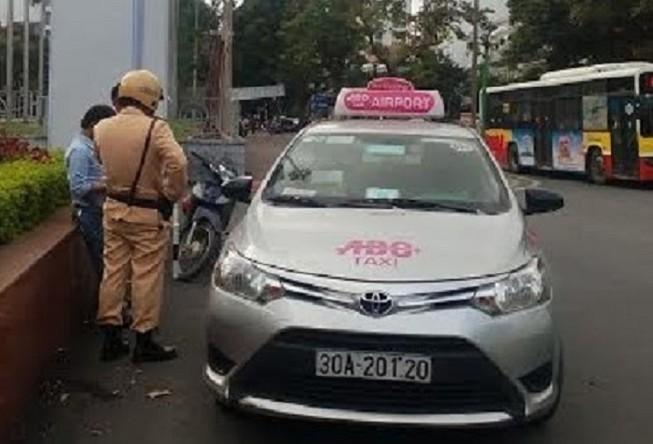 Tài xế taxi giằng co, giật biên bản của CSGT