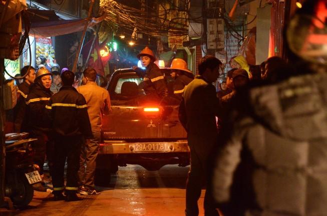 Cháy quán karaoke trong đêm giá rét, nhiều người leo mái tầng 5 thoát thân