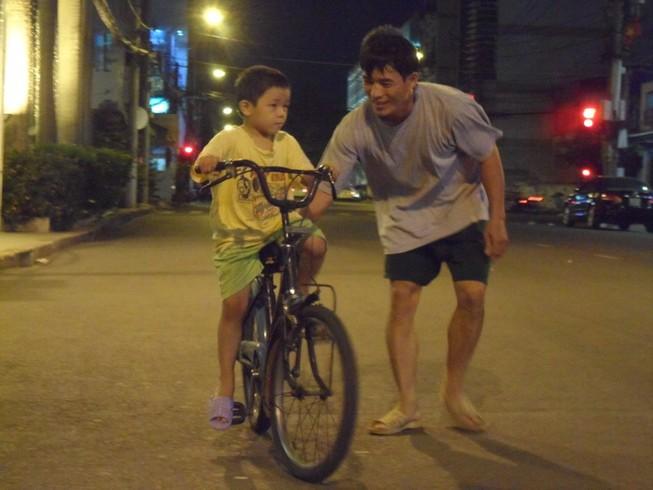 Bố, chiếc xe đạp, vết sẹo và khoảng trời thơ ấu