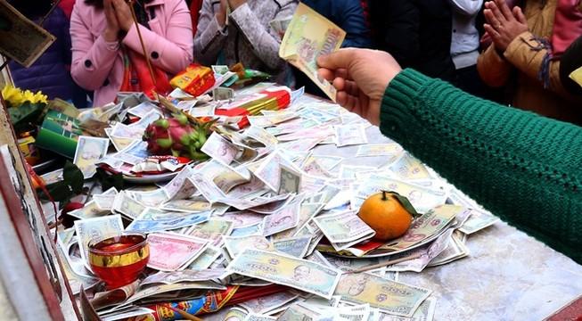 Tiền lẻ rải khắp nơi ở đền chùa Hà Nội