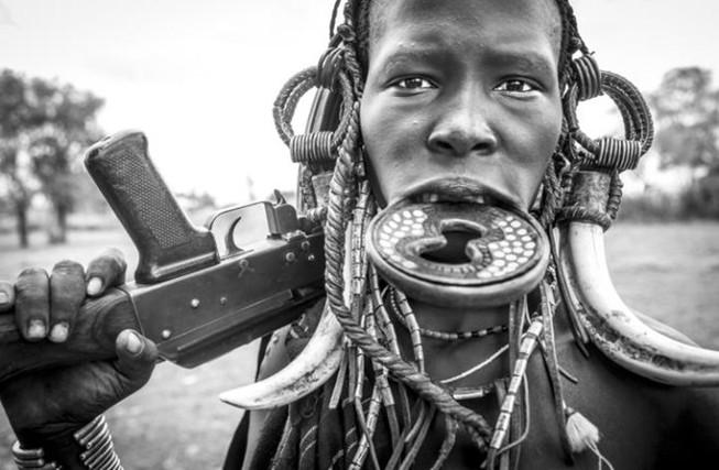 Kỳ lạ phong tục xẻ môi để lồng đĩa của bộ tộc ở Ethiopia