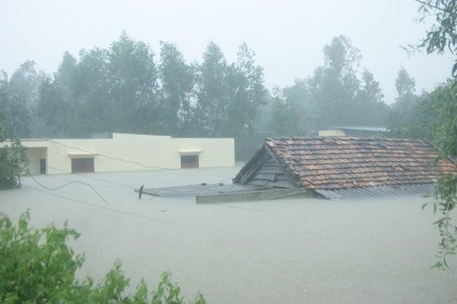 Chùm ảnh: Lụt ngập nóc nhà ở Quảng Bình