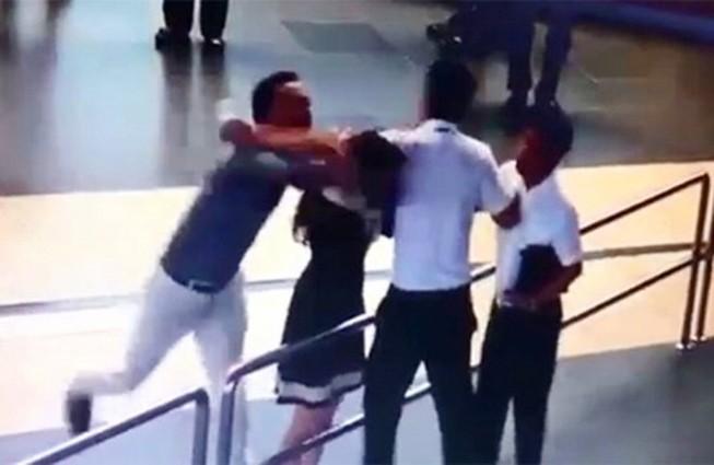 Việc 'giải cứu' nữ nhân viên hàng không là không sai