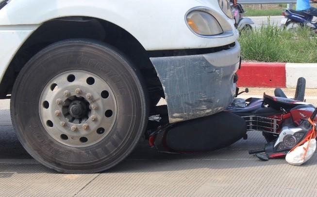 Mẹ chở con gái bị xe container cán trên cao tốc TP HCM - Long Thành