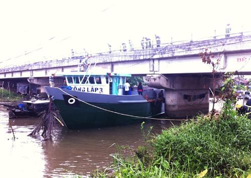 Triều cường làm xà lan kẹt dưới một cây cầu ở Cần Thơ