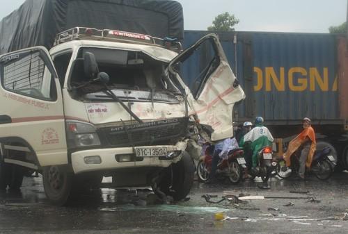 Hai xe tải tông nhau trên cao tốc Mỹ Phước – Tân Vạn