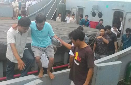 Tàu chìm, 32 ngư dân vật lộn với sóng ở vùng biển Trường Sa
