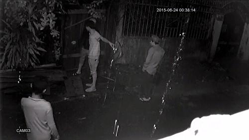 Camera ghi hình 4 thanh niên lái ô tô đi ăn trộm gỗ trong đêm