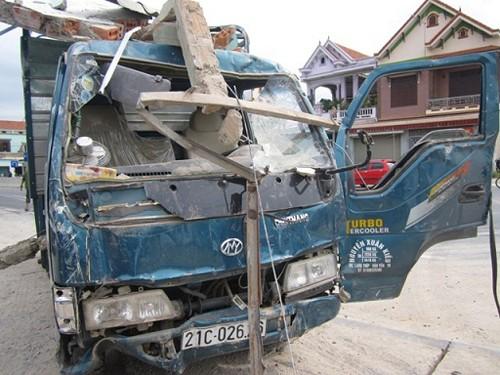 Xe tải lao lên lề đường đâm sập nhà dân