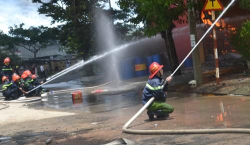 Hơn 300 cảnh sát dập lửa ở xưởng sơn