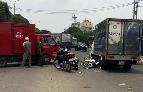 Tông vào hai xe tải, một phụ nữ nguy kịch